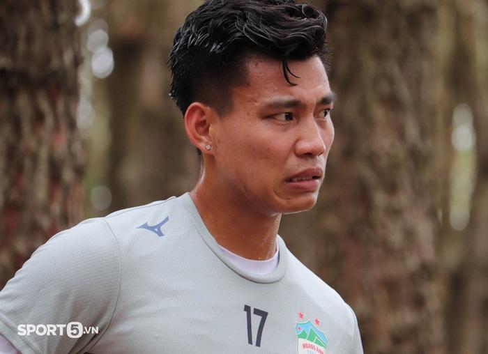 Cầu thủ Hoàng Anh Gia Lai bở hơi tai với bài tập thể lực cực nặng của HLV Kiatisuk - Ảnh 7.