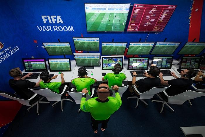 Lắp đặt VAR tại sân Mỹ Đình cho vòng loại thứ 3 World Cup 2022 và những điều cần biết - Ảnh 2.