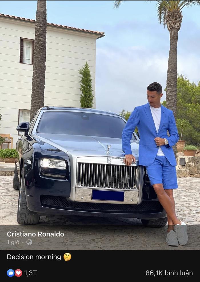 Ronaldo gây sốt MXH với bức ảnh lịch lãm bên cạnh siêu xe Rolls-Royce Ghost - Ảnh 1.
