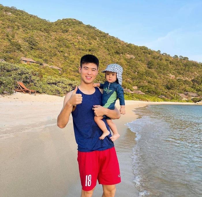 Duy Mạnh, Tiến Linh dành trọn thời gian bên gia đình, Văn Hậu thả diều thư giãn sau khi hoàn thành cách ly - Ảnh 1.