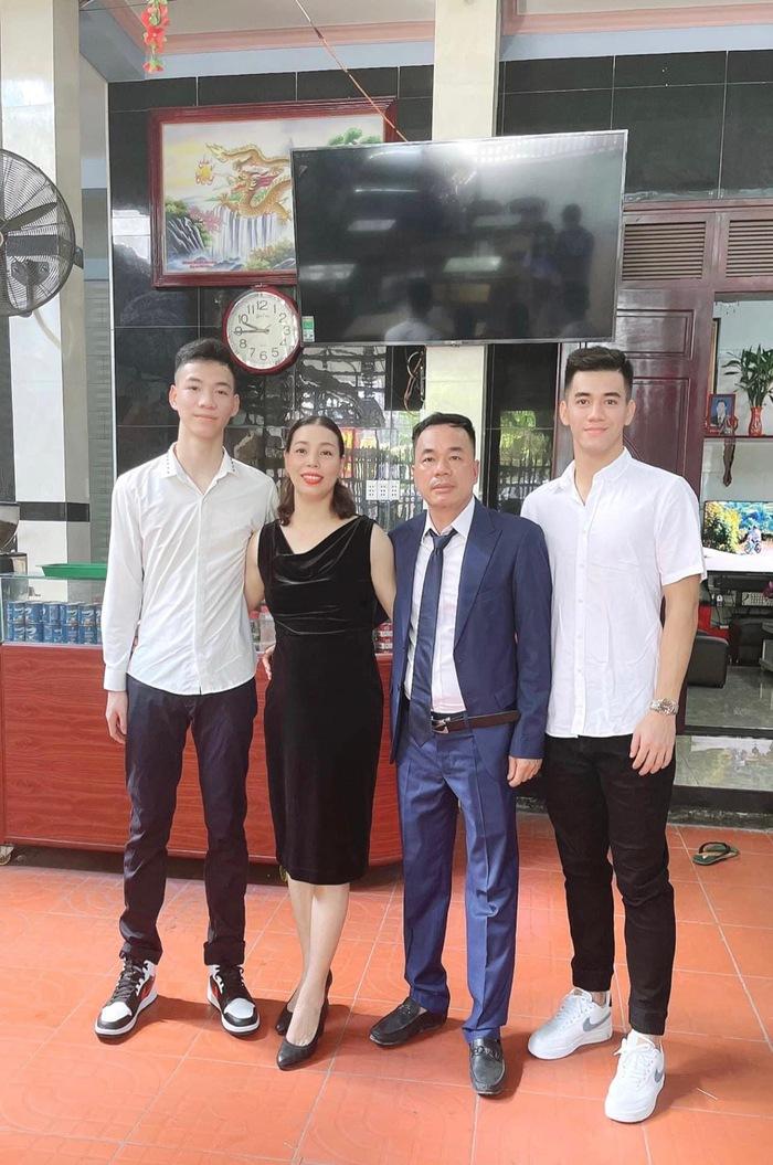 Duy Mạnh, Tiến Linh dành trọn thời gian bên gia đình, Văn Hậu thả diều thư giãn sau khi hoàn thành cách ly - Ảnh 4.