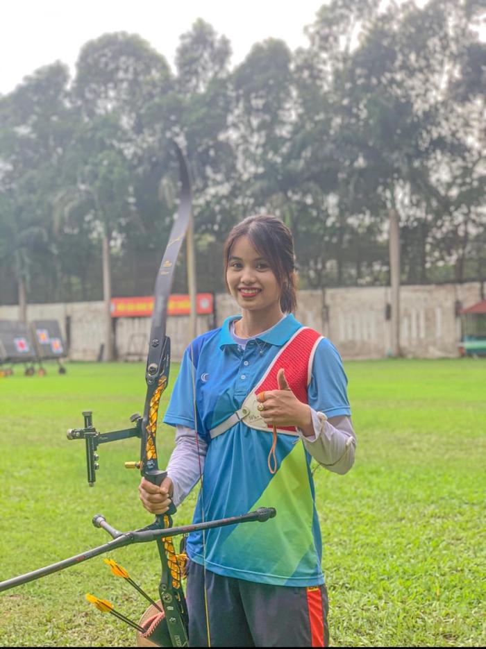 Dù còn rất trẻ nhưng nữ cung thủ quê Hưng Yên đã là trụ cột của đội tuyển bắn cung Việt Nam, sở hữu bảng thành tích rất đáng nể. Đáng chú ý là HCĐ châu Á 2019, HCV SEA Games 30 và suất tham sự Olympic Tokyo 2020 (Ảnh: FBNV)