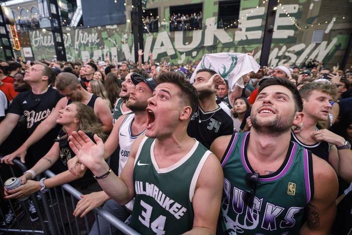 """Sau 50 năm, người hâm mộ Milwaukee Bucks mới được """"cuồng nhiệt"""" cùng chiến thắng lịch sử - Ảnh 22."""
