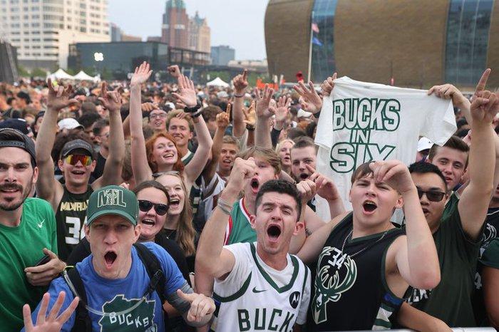 """Sau 50 năm, người hâm mộ Milwaukee Bucks mới được """"cuồng nhiệt"""" cùng chiến thắng lịch sử - Ảnh 21."""
