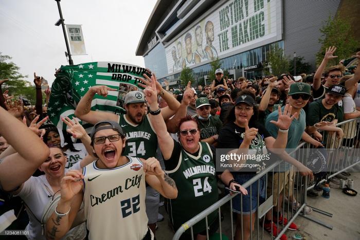 """Sau 50 năm, người hâm mộ Milwaukee Bucks mới được """"cuồng nhiệt"""" cùng chiến thắng lịch sử - Ảnh 10."""