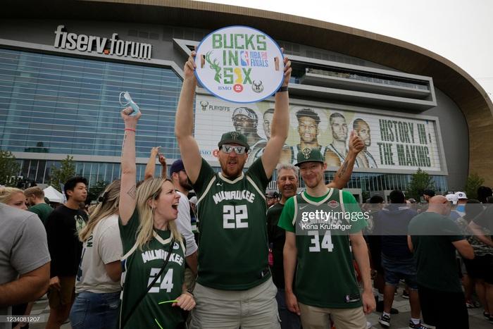 """Sau 50 năm, người hâm mộ Milwaukee Bucks mới được """"cuồng nhiệt"""" cùng chiến thắng lịch sử - Ảnh 14."""