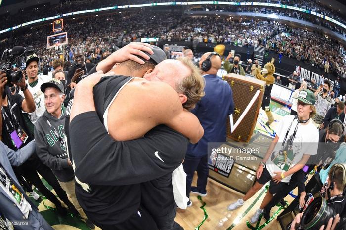 """Sau 50 năm, người hâm mộ Milwaukee Bucks mới được """"cuồng nhiệt"""" cùng chiến thắng lịch sử - Ảnh 5."""