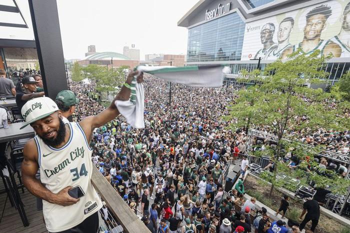 """Sau 50 năm, người hâm mộ Milwaukee Bucks mới được """"cuồng nhiệt"""" cùng chiến thắng lịch sử - Ảnh 17."""