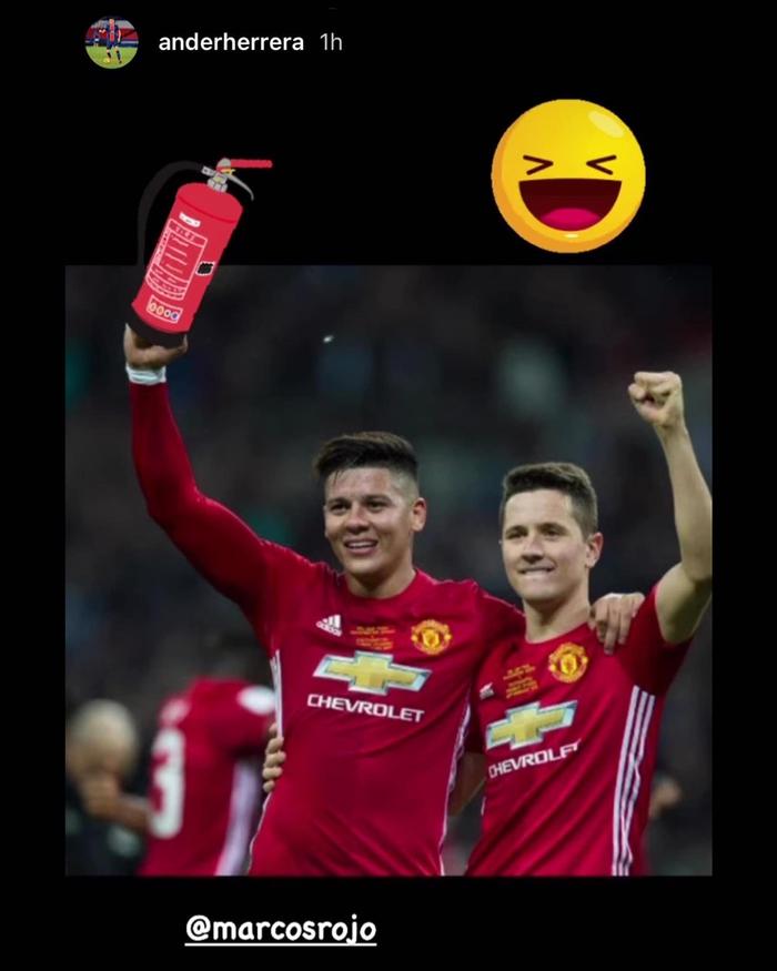Đồng đội cũ dính lùm xùm, cựu sao Manchester United lập tức cà khịa - Ảnh 1.