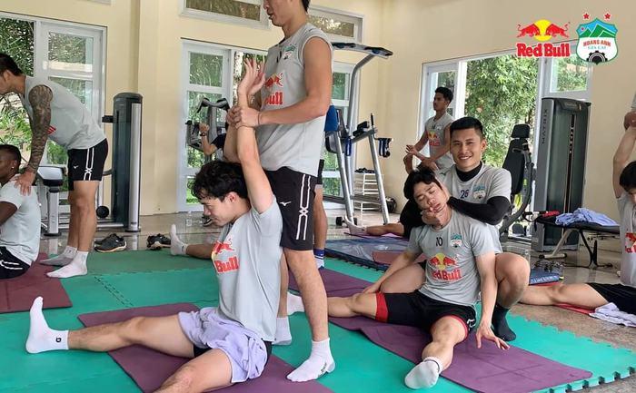 Văn Toàn siết cổ Tuấn Anh, Công Phượng giả ngất khi tập thể lực ở phòng gym - ảnh 2
