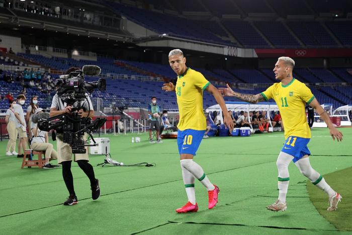 Ảnh: Pha ăn mừng đầy khiêu khích của Richarlison khi sút tung lưới Olympic Đức - Ảnh 6.