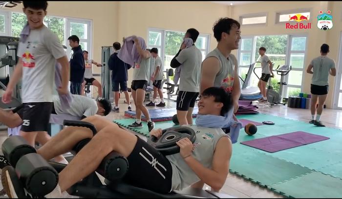 Văn Toàn siết cổ Tuấn Anh, Công Phượng giả ngất khi tập thể lực ở phòng gym - ảnh 1
