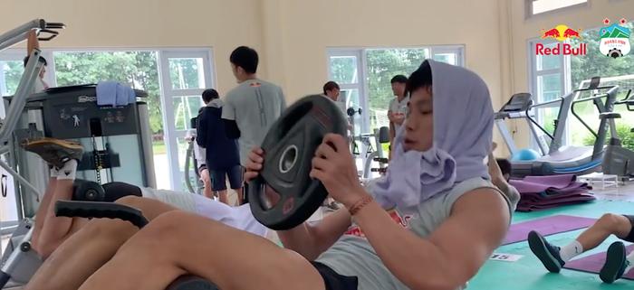 Văn Toàn siết cổ Tuấn Anh, Công Phượng giả ngất khi tập thể lực ở phòng gym - ảnh 5