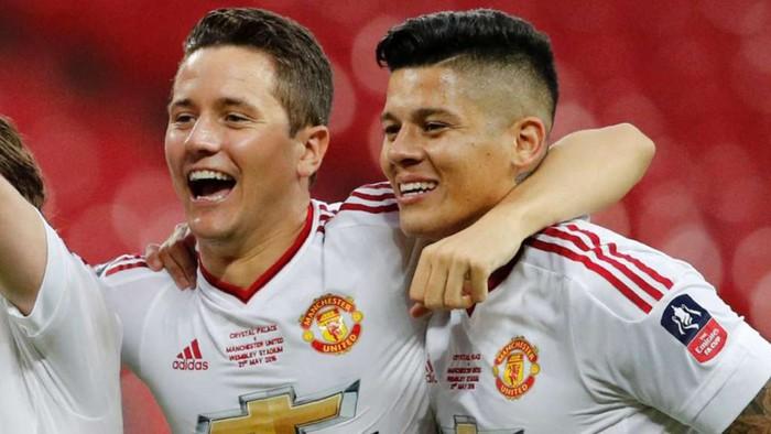 Đồng đội cũ dính lùm xùm, cựu sao Manchester United lập tức cà khịa - Ảnh 2.