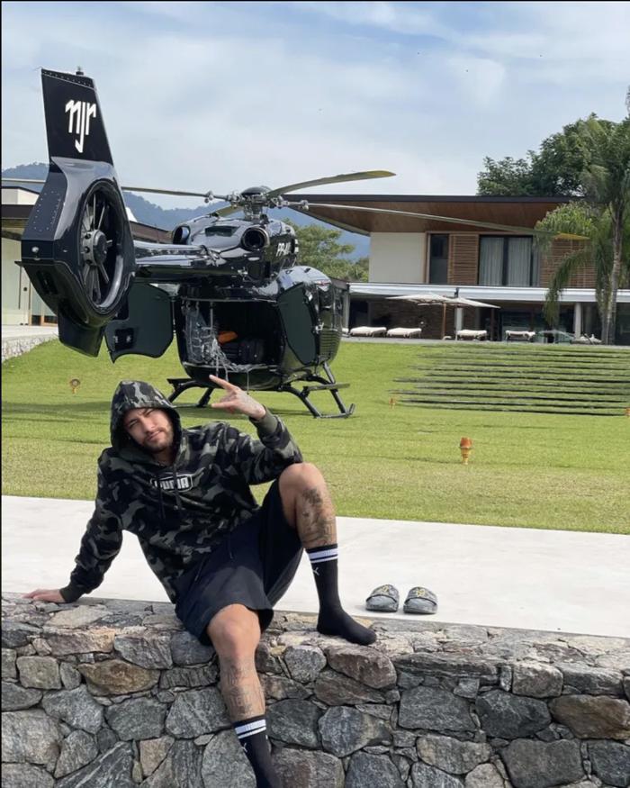 Neymar khoe chiếc trực thăng Mercedes được cá nhân hoá có giá lên đến hơn 10 triệu bảng. - Ảnh 1.