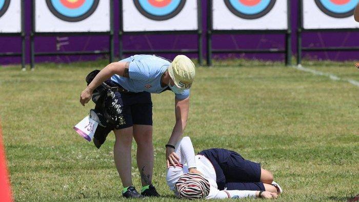 Nữ cung thủ ngất xỉu sau khi vừa hoàn thành phần thi tại Olympic Tokyo - Ảnh 1.