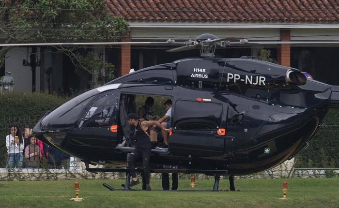 Neymar khoe chiếc trực thăng Mercedes được cá nhân hoá có giá lên đến hơn 10 triệu bảng. - Ảnh 3.