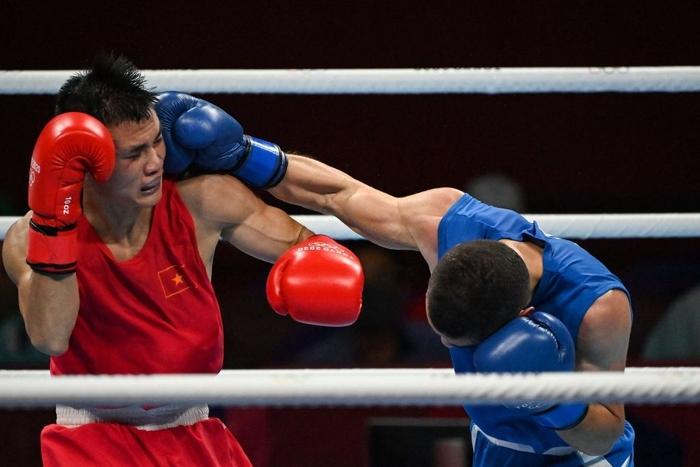 Ảnh: Nguyễn Văn Đương vượt qua đối thủ mạnh, giúp boxing Việt Nam có chiến thắng lịch sử sau 33 năm - Ảnh 1.