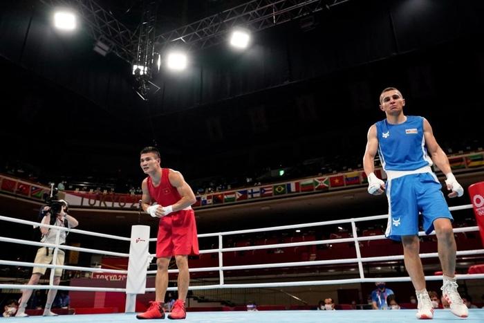 """Khoảnh khắc võ sĩ người Azerbaijan """"ngớ người"""" vì phải nhận thất bại trước Nguyễn Văn Đương - Ảnh 3."""