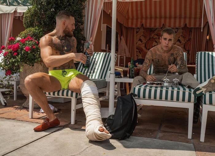 Conor McGregor hé lộ vị khách đặc biệt trong kỳ nghỉ hậu UFC 264 - Ảnh 4.