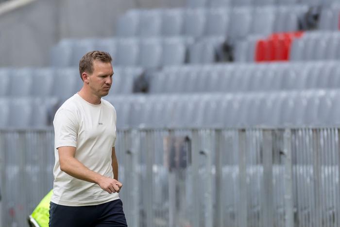Tân HLV trưởng Bayern Munich bị cổ động viên đội nhà xúc phạm nặng nề - Ảnh 2.
