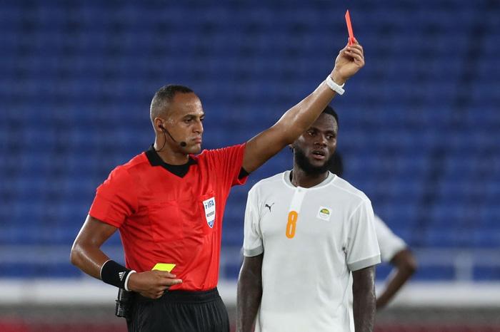 ĐKVĐ Brazil bất ngờ bị ngáng chân trong trận cầu 2 thẻ đỏ - Ảnh 3.