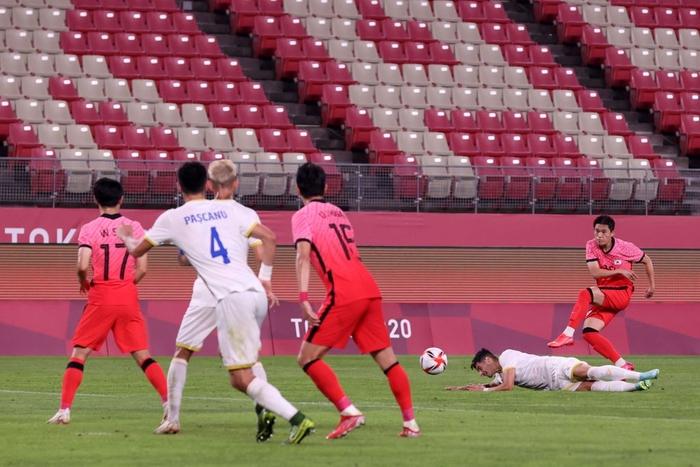 Vùi dập Olympic Romania, Olympic Hàn Quốc vươn lên dẫn đầu bảng - Ảnh 4.