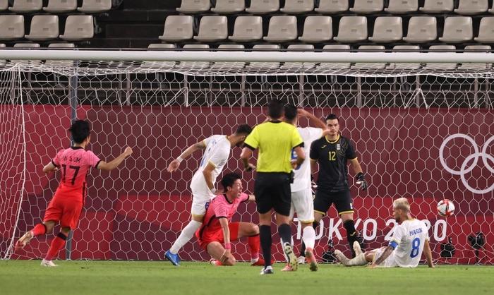 Vùi dập Olympic Romania, Olympic Hàn Quốc vươn lên dẫn đầu bảng - Ảnh 2.