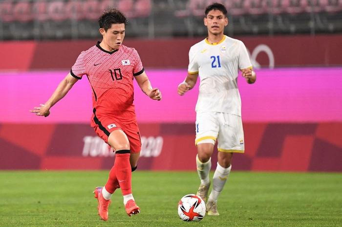 Vùi dập Olympic Romania, Olympic Hàn Quốc vươn lên dẫn đầu bảng - Ảnh 1.