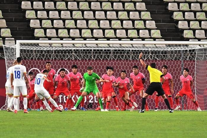 Vùi dập Olympic Romania, Olympic Hàn Quốc vươn lên dẫn đầu bảng - Ảnh 3.