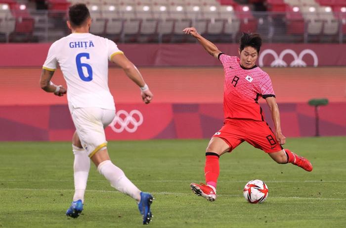 Vùi dập Olympic Romania, Olympic Hàn Quốc vươn lên dẫn đầu bảng - Ảnh 6.