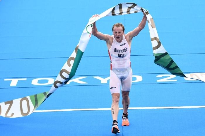 Tình huống thót tim tại Olympic Tokyo: Chiếc thuyền lao đến khi các VĐV vừa nhảy xuống bơi - Ảnh 4.
