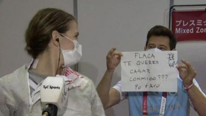 Nữ kiếm thủ Argentina được huấn luyện viên cầu hôn trên sóng truyền hình, ngay sau thất bại tại Olympic Tokyo 2020 - Ảnh 2.