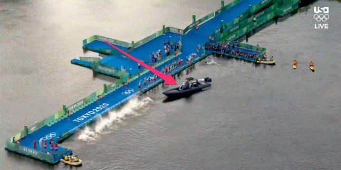 Tình huống thót tim tại Olympic Tokyo: Chiếc thuyền lao đến khi các VĐV vừa nhảy xuống bơi - Ảnh 3.
