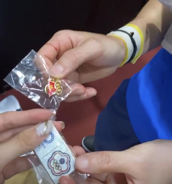 Hotgirl cầu lông Nguyễn Thuỳ Linh tặng quà lưu niệm cho tay vợt số 1 thế giới ở Olympic Tokyo 2020 - Ảnh 2.