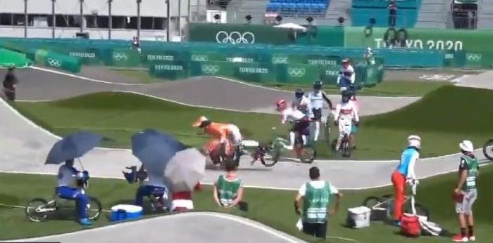 Qua đường thiếu quan sát, nhân viên của Olympic Tokyo gặp phải một tai nạn rợn người ngay trên đường đua - ảnh 1