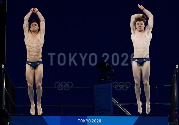 Cặp nam thần của Vương quốc Anh nghẹt thở giành HCV tại Olympic: Mỗi khi đứng chung tạo ra khoảnh khắc có rất nhiều múi - Ảnh 3.
