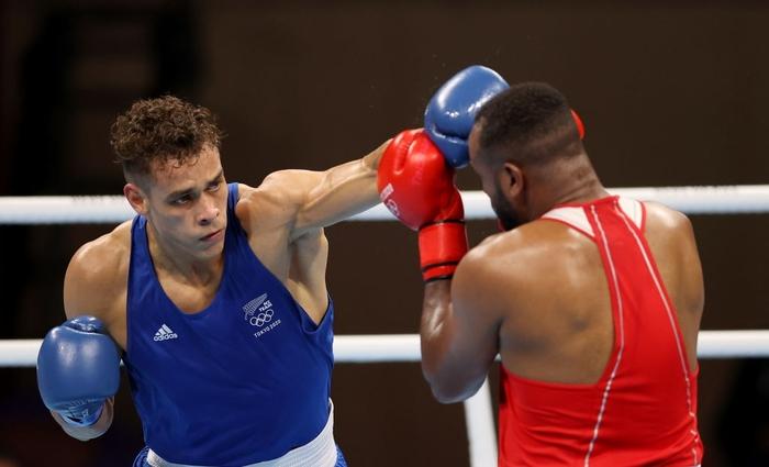 Khoảnh khắc phi thể thao nhất Olympic Tokyo: Võ sĩ boxing há cái miệng đầy nước để cắn vào mặt đối thủ - Ảnh 4.
