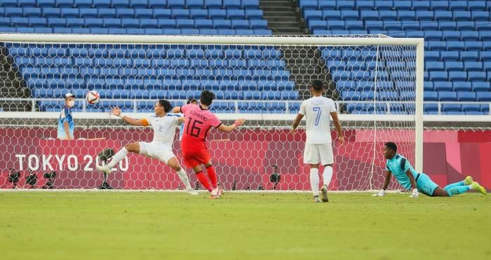 Đội bóng quê hương thầy Park hủy diệt đối thủ cạnh tranh 6-0, vào tứ kết Olympic ở ngôi đầu bảng - Ảnh 5.
