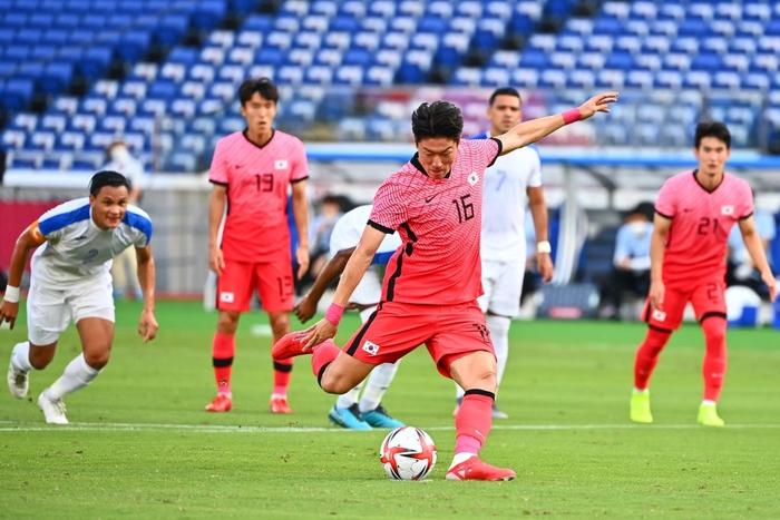 Đội bóng quê hương thầy Park hủy diệt đối thủ cạnh tranh 6-0, vào tứ kết Olympic ở ngôi đầu bảng - Ảnh 2.