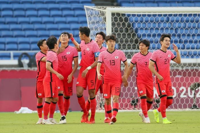 Đội bóng quê hương thầy Park hủy diệt đối thủ cạnh tranh 6-0, vào tứ kết Olympic ở ngôi đầu bảng - Ảnh 10.