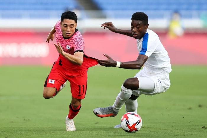 Đội bóng quê hương thầy Park hủy diệt đối thủ cạnh tranh 6-0, vào tứ kết Olympic ở ngôi đầu bảng - Ảnh 1.