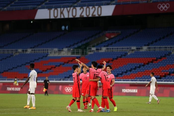 Đội bóng quê hương thầy Park hủy diệt đối thủ cạnh tranh 6-0, vào tứ kết Olympic ở ngôi đầu bảng - Ảnh 9.