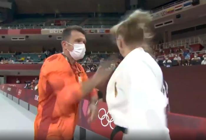 HLV Judo thẳng tay tát mạnh 2 cái vào mặt nữ học trò ngay tại Olympic, không ai còn chỉ trích khi biết lý do thực sự - Ảnh 2.
