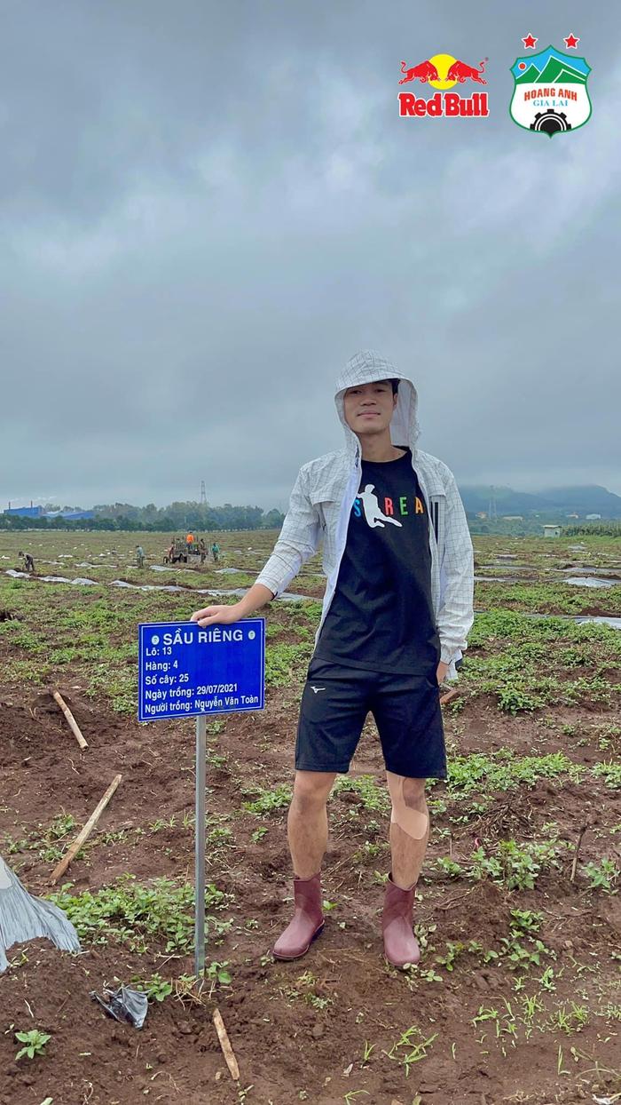 Cầu thủ HAGL làm nông dân cùng bầu Đức đi trồng sầu riêng - Ảnh 8.