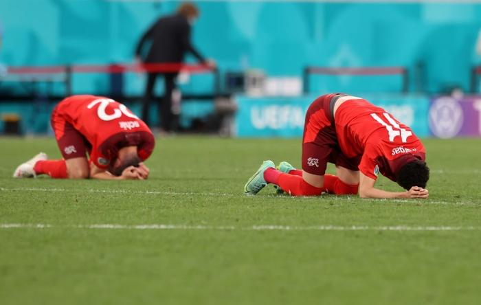 Cầu thủ Thụy Sĩ suy sụp, bật khóc nức nở sau thất bại nghiệt ngã trước Tây Ban Nha - Ảnh 3.