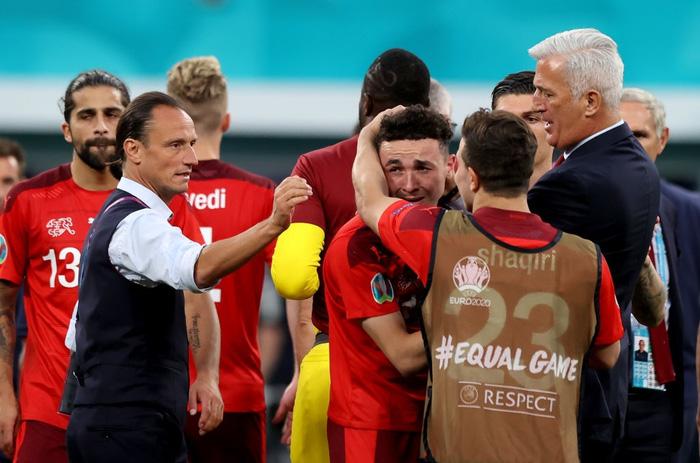 Cầu thủ Thụy Sĩ suy sụp, bật khóc nức nở sau thất bại nghiệt ngã trước Tây Ban Nha - Ảnh 4.