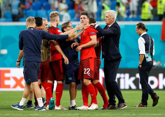 Cầu thủ Thụy Sĩ suy sụp, bật khóc nức nở sau thất bại nghiệt ngã trước Tây Ban Nha - Ảnh 6.