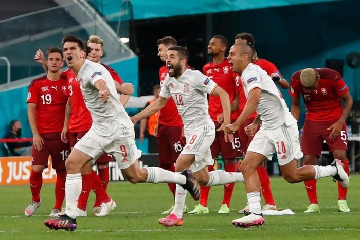 Cầu thủ Thụy Sĩ suy sụp, bật khóc nức nở sau thất bại nghiệt ngã trước Tây Ban Nha - Ảnh 1.