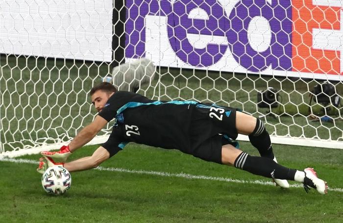 Thủ môn điển trai của Tây Ban Nha sử dụng tuyệt chiêu của Đặng Văn Lâm để khiến đội tuyển Thụy Sĩ ôm hận - Ảnh 1.